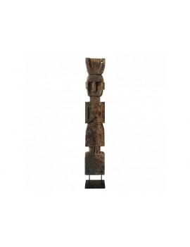 Dřevěná soška muže na stojanu