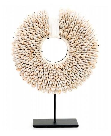 Dekorace kolo na stojanu z mušlí